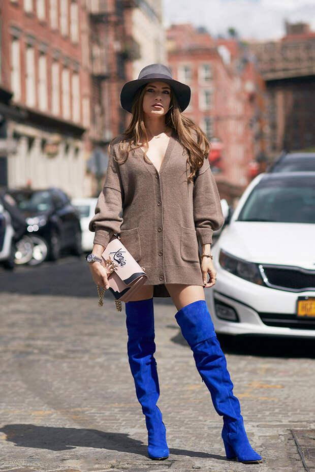 Девушка в кардигане и синих ботфортах