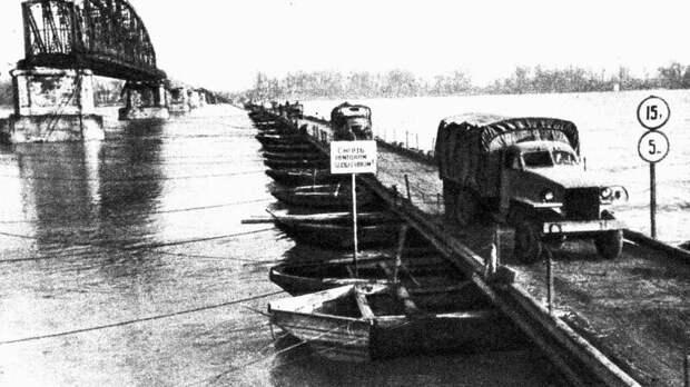 Переброска автотехники по деревянному наплавному мосту через Дунай. Март 1945 года авто, автоистория, военная техника, история, переправа, понтон, понтонно-мостовая переправа