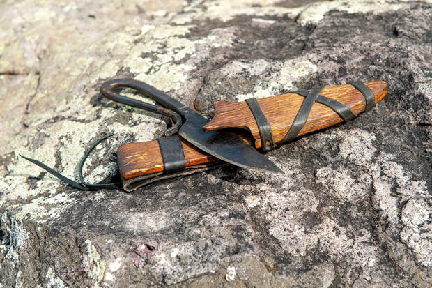 Необычный нож, который лежал неподалёку от каменных баб на плоском камне.