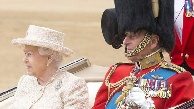 """Елизавета II пригласила на похороны принца Филиппа """"нежелательных"""" родственников"""