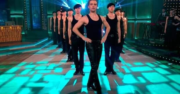 Эти танцоры стоят неподвижно… Но, как только начнет звучать музыка, ты ахнешь от восторга!