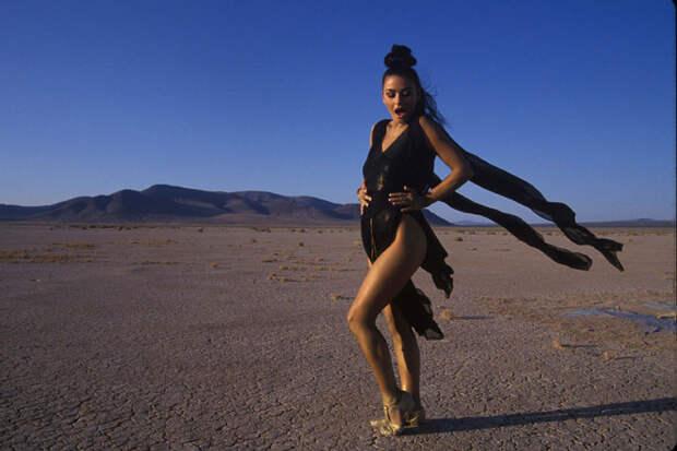Кэтрин Зета-Джонс (Catherine Zeta-Jones) в фотосессии Рона Вулфсона (Ron Wolfson) на съемках клипа For All Time (май 1992), фото 10