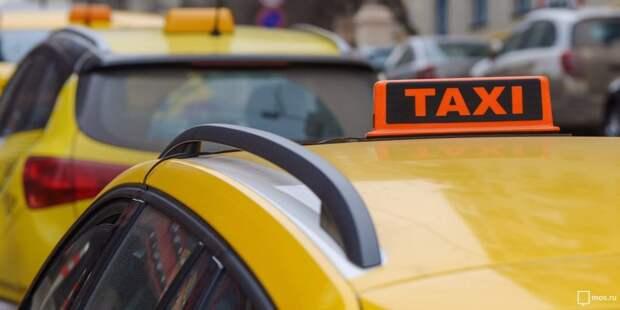 Таксопарк оккупировал парковки на улице Менжинского