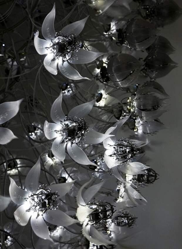 Цветочная композиция из металла и акрила художника Чо Ю-Рам
