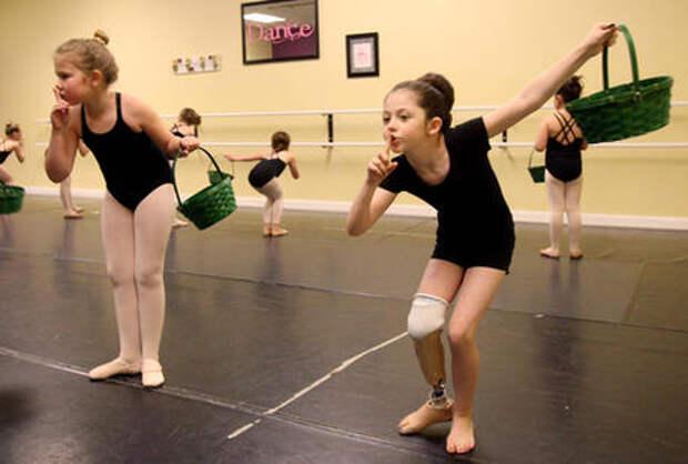Лучик света для всех. Девочка из штата Юта танцует соло 9 месяцев спустя потери ноги в аварии