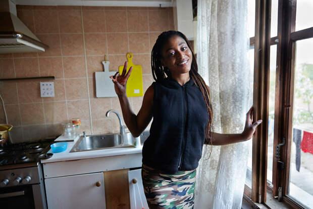 """11. Прэшес, 22. В России прожила два года. «Я училась в Нигерии, но в один момент мне пришлось все бросить. Закончились деньги. Моя подруга сказала, что у нее здесь в России есть хорошая высокооплачиваемая работа. Я приехала к ней в Тулу, но никакой работы не было. Так прошло три месяца. Она сказала, что надо спать с мужчинами за деньги. Она забрала мои документы""""."""