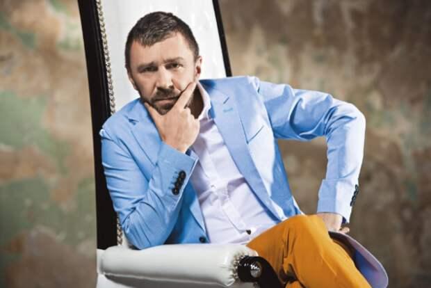 Сергея Шнурова оштрафовали за курение во время концерта в Красноярске