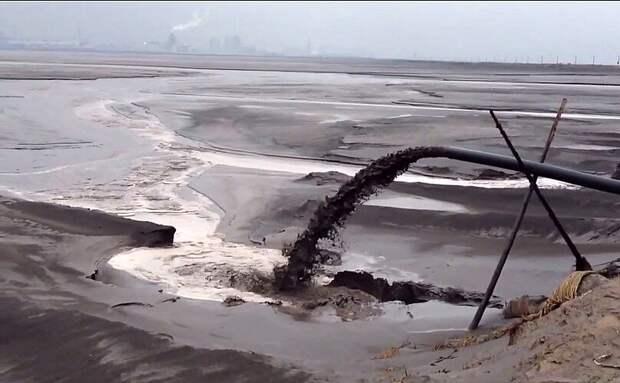 Баотоу, Китай. Это искусственное озеро возникло из-за активной добычи и переработки минералов, использующихся в электронике и сенсорных экранах в частности, а также многих «зелёных» технологиях вроде ветряных турбин. Ирония, но это самое загрязнённое озеро на Земле, по сути состоящее из токсичных отходов.