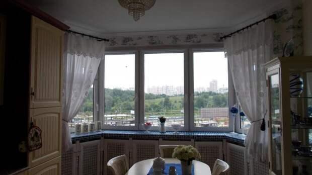 Эркер в кухне, шторы на окнах в эркере