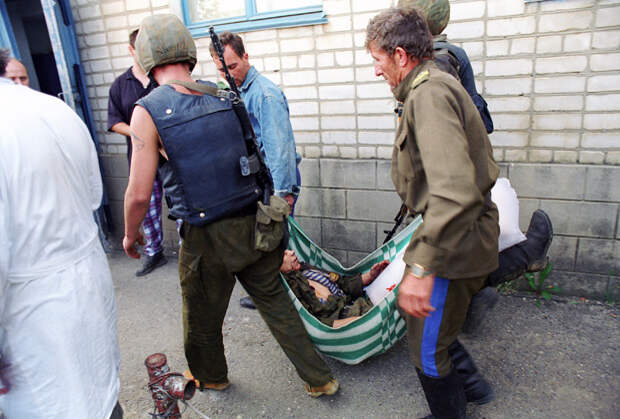Один из раненых во время попытки штурма больницы солдат федеральных сил