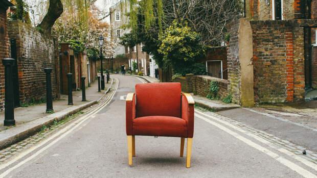 Одинокое красное кресло посреди улицы в районе Хампстед в Лондоне