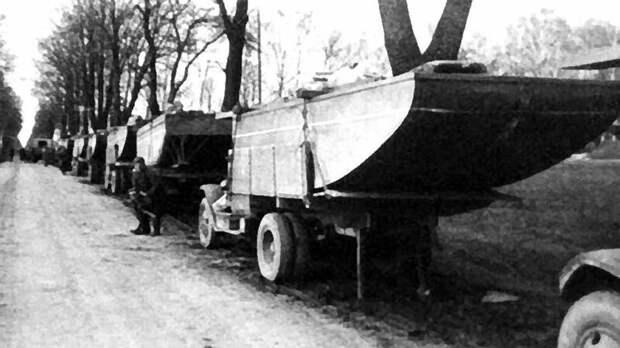 Бортовые грузовики ЗИС-5 с понтонами модернизированного парка Н2П-45. 1945 год авто, автоистория, военная техника, история, переправа, понтон, понтонно-мостовая переправа