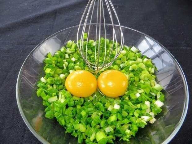 Фото к рецепту: Лепешка с начинкой из зеленого лука / взбейте зеленый лук с яйцом и вы останетесь довольны