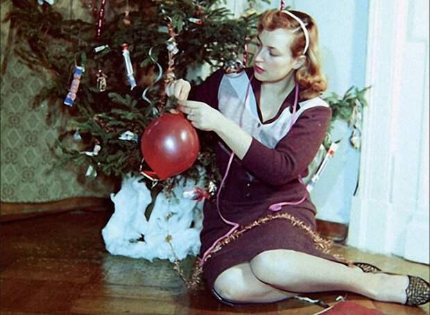 1968. Киноактриса Клара Лучко у елки