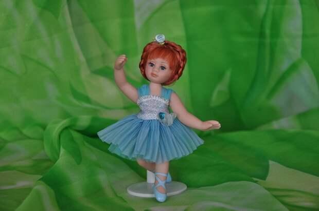 Танцующая девушка на зеленой полянке.