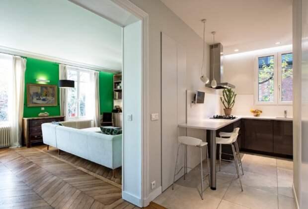 Барная стойка на кухне, совмещённой с прихожей