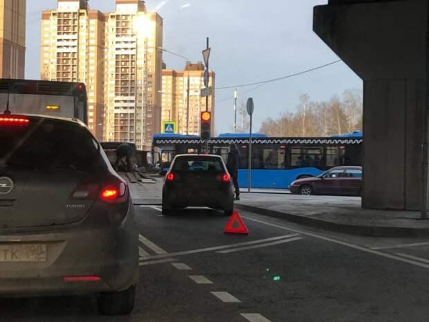 Перекрывшее полосу под эстакадой в Северном авто забрал эвакуатор