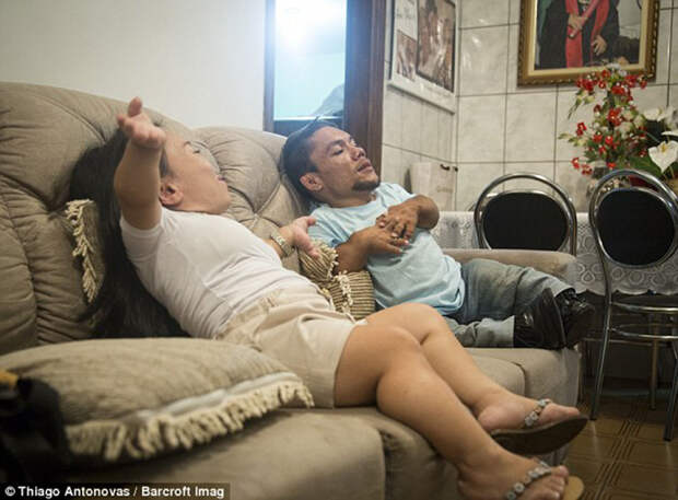Как самой низкорослой паре в мире удается вести нормальную жизнь