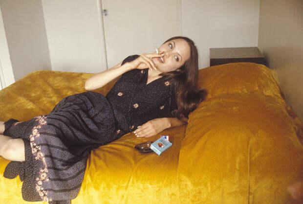 Анджелина Джоли (Angelina Jolie) в фотосессии Мишеля Буркара (Michel Bourquard) (1994), фото 30
