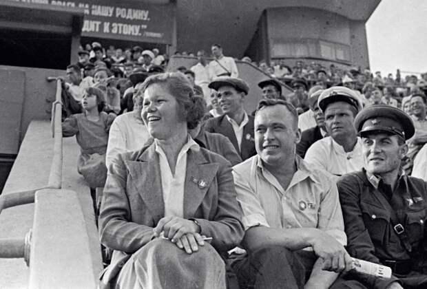 Дуся (Евдокия) Виноградова и Александр Бусыгин (справа от нее) на стадионе