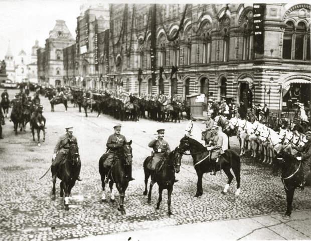 М.В.Фрунзе и К. Ворошилов на параде в Москве. 20-е г.