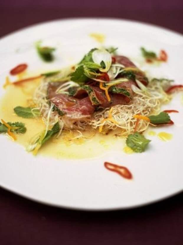 Цитрусовый тунец с хрустящей лапшой, травами и перцем Чили: рецепт от Джейми Оливера