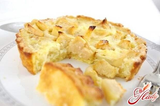 Как приготовить яблочную шарлотку из бисквитного теста?
