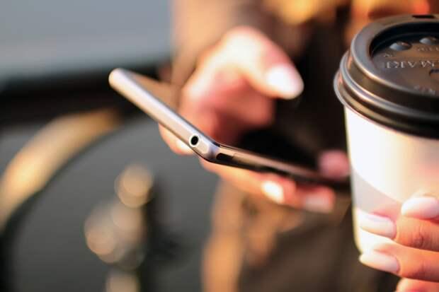 В Роскачестве рассказали россиянам о способах слежки через смартфон