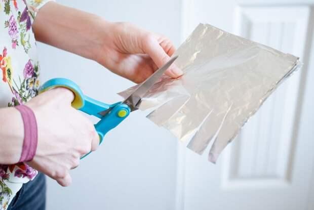 Сделайте на фольге 8-10 надрезов, и ножницы снова станут острыми / Фото: prod-cdn.thekrazycouponlady.com