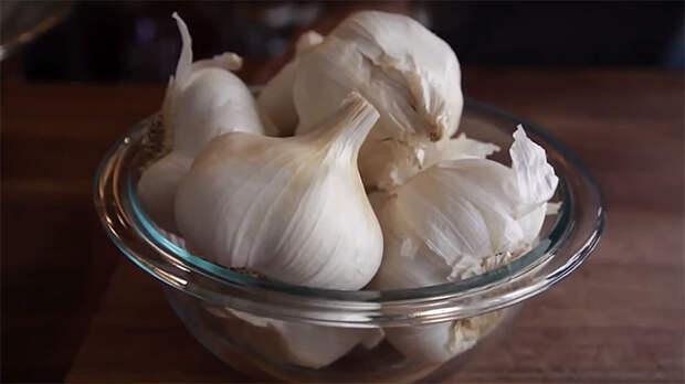 Чистим чеснок от шелухи за 10 секунд