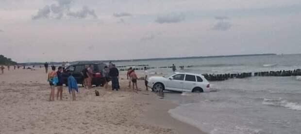 Затопленный автомобиль на пляже