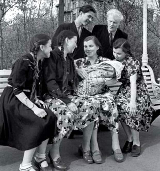 Послевоенная мода 1940-х, по сути, дублировала предвоенную. /Фото: livemaster.ru
