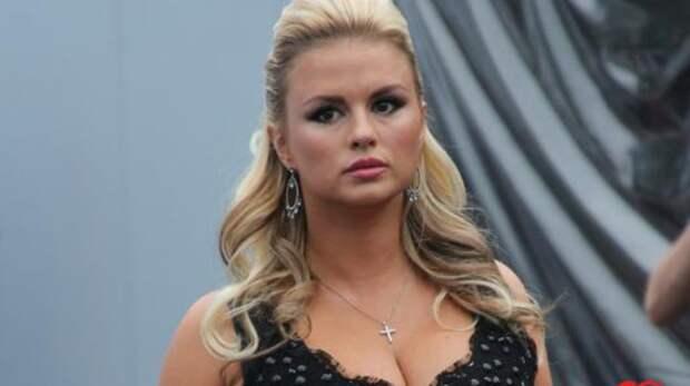 СМИ сообщили, что Анну Семенович срочно прооперировали. Певица дала комментарий