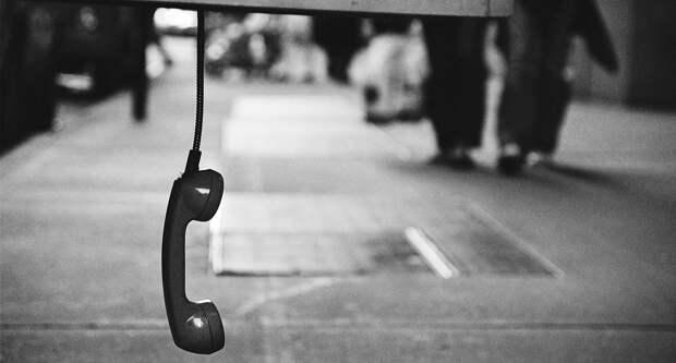 Людей награни суицида просят «заняться делом»: можноли доверять телефонам доверия
