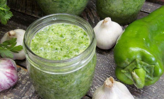 Зеленая аджика без варки: просто смешиваем овощи и закатываем в банку