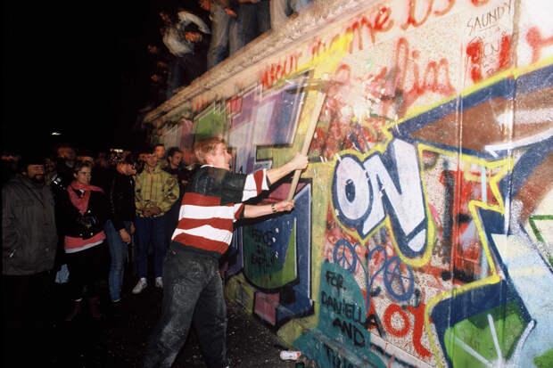 Почему все-таки рухнула Берлинская стена?