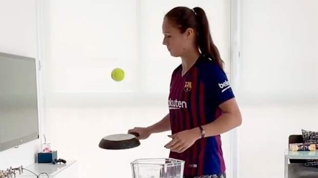 Касаткина вфутболке «Барселоны» понабивала теннисный мяч сковородой изабросила его вчашу блендера: видео