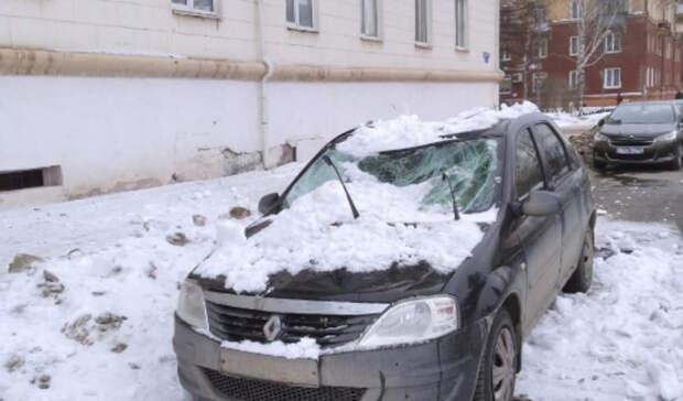 Снежная глыба рухнула накрышу иномарки наВагонке вНижнем Тагиле