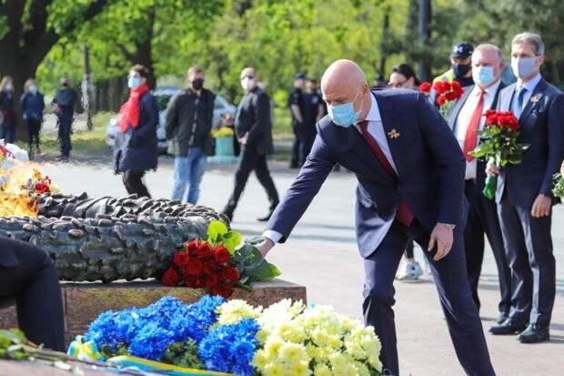Стела в цветах георгиевской ленты и усыпанная цветами Аллея Славы: Одесса отмечает 9 мая
