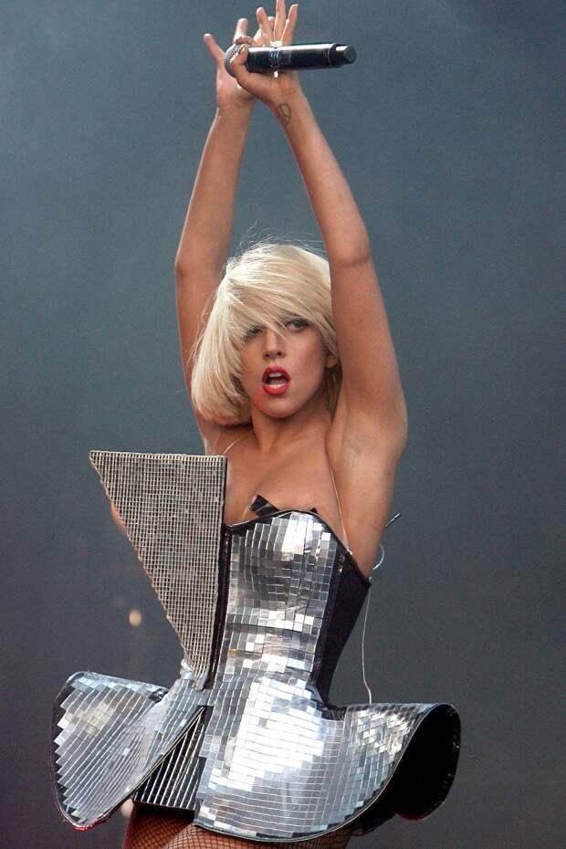 Топ-10 сценических костюмов Леди Гаги (Lady Gaga), которые запомнятся надолго