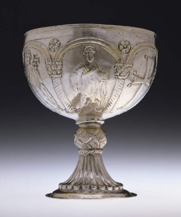 Византийская Чаша. Серебряный потир с изображением фигур апостолов и креста, начало VII века