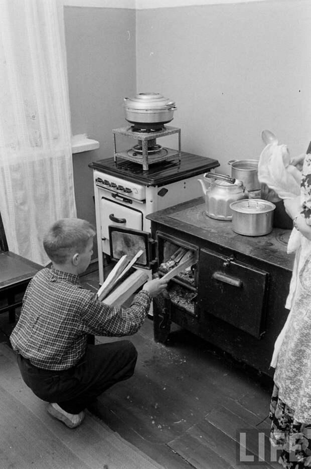 СССР, 1955 г. В семью ленинградского рабочего привезли газовую плиту, но еще не подключили. Пока готовят на старой, которую топят дровами. Фотограф Эд Кларк, журнал LIFE всячина, интересное, история, кухня, плита, факты