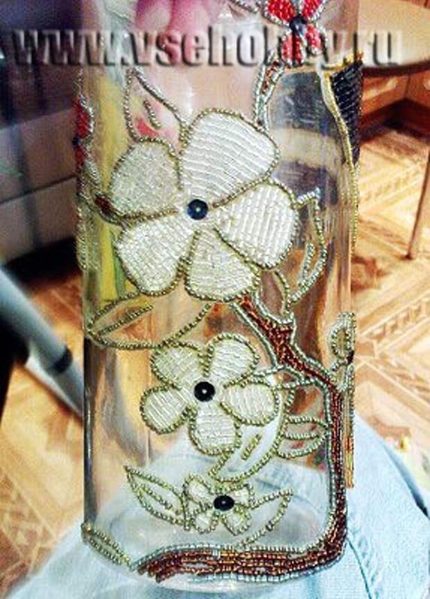 декорируем вазу бисером начинаем заполняем контуры цветов бисером