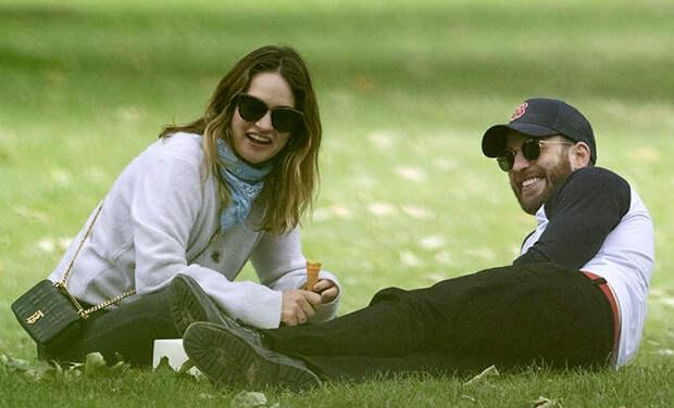 Лили Джеймс и Крис Эванс в парке Лондона: первые фото пары