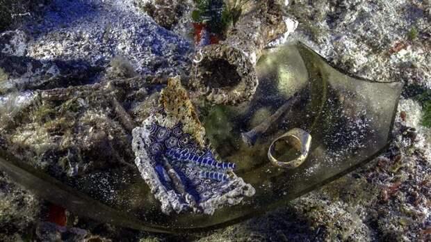 Золотой перстень, осколки стеклянного блюда, амфора и корабельный гвоздь © Brett Seymour