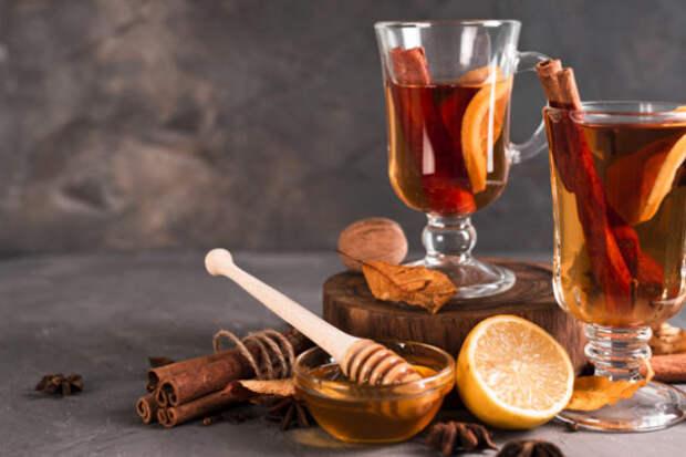 грог в стаканах и лимон на столе