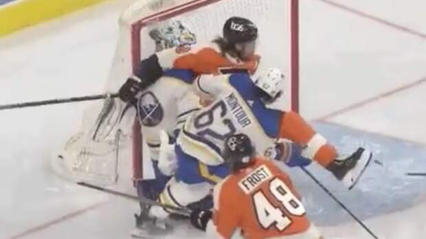 Уложил с одного удара локтем в голову. Русский хоккеист Проворов случайно отправил к врачам вратаря Хаттона: видео