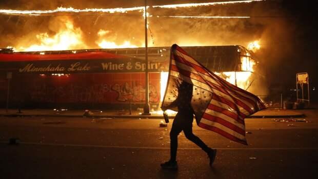 Фотоподборка: пожар, погромы и массовые беспорядки в Миннеаполисе