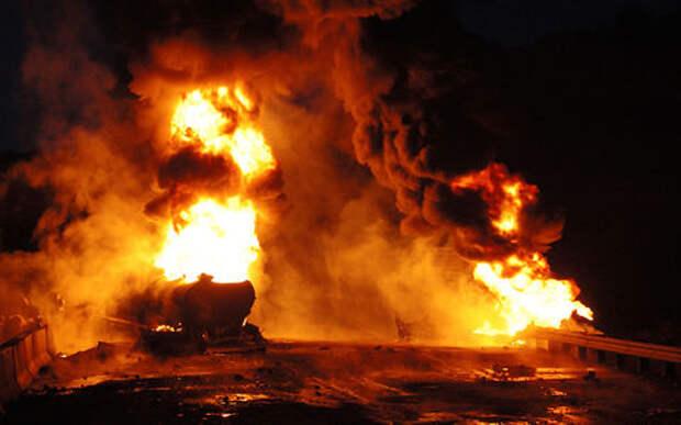 Роковая «халява»: 60 человек пришли к упавшему бензовозу