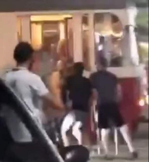 Евпаторийские полицейские нашли зачинщика группового избиения водителя трамвая